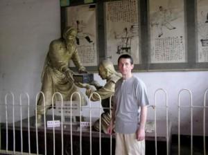 Музей истории Тайцзи, скульптурная композиция, посвященная моменту передачи учения от Чэнь Чансина Ян Лучану