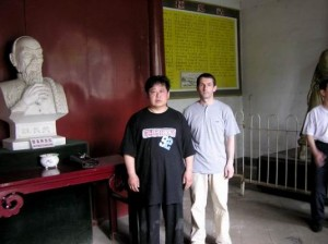 Музей истории Тайцзи, с Чэнь Юем возле бюста Чэнь Чансина