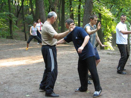 Сергей поправляет стойку Игоря